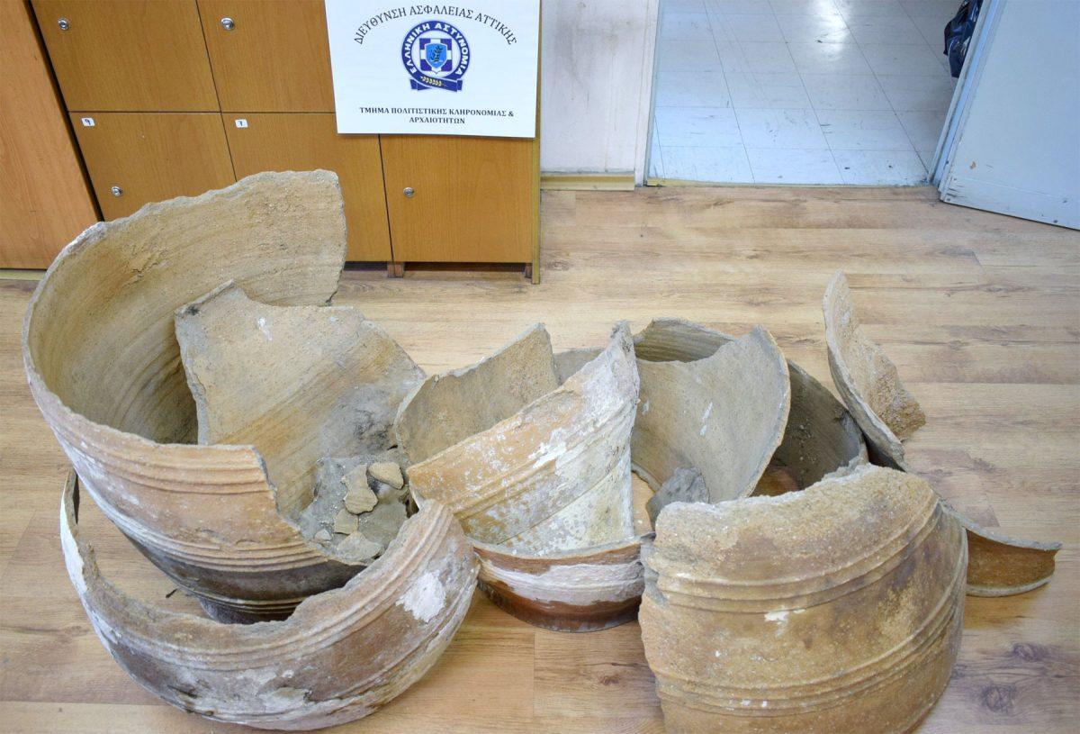 Βρέθηκαν επίσης δύο μεγάλα πιθάρια που αποτελούνται από 20 συνανήκοντα τμήματα (φωτ. Ελληνική Αστυνομία).