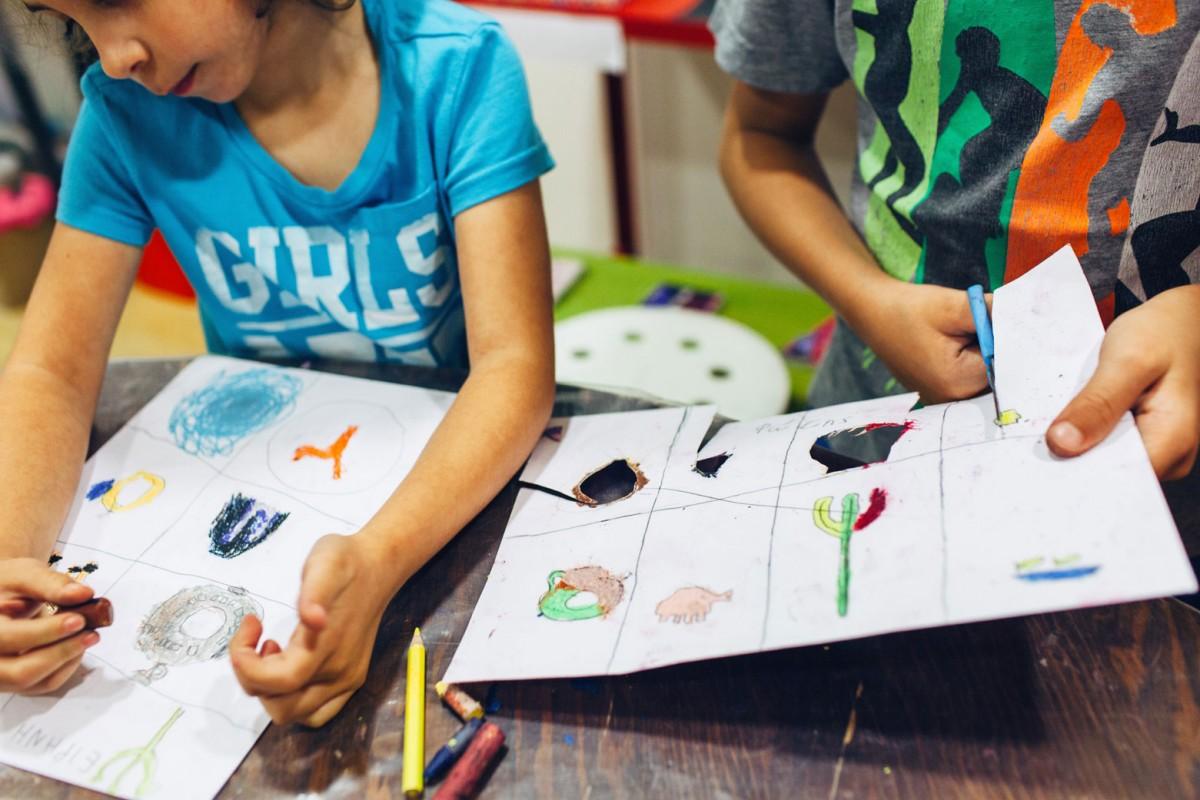 Διαδραστικές ξεναγήσεις, προβολές, αφηγήσεις, ζωγραφική, χειροτεχνία, κατασκευές, ομαδικά παιχνίδια και δραστηριότητες για παιδιά στο Μουσείο Κυκλαδικής Τέχνης.