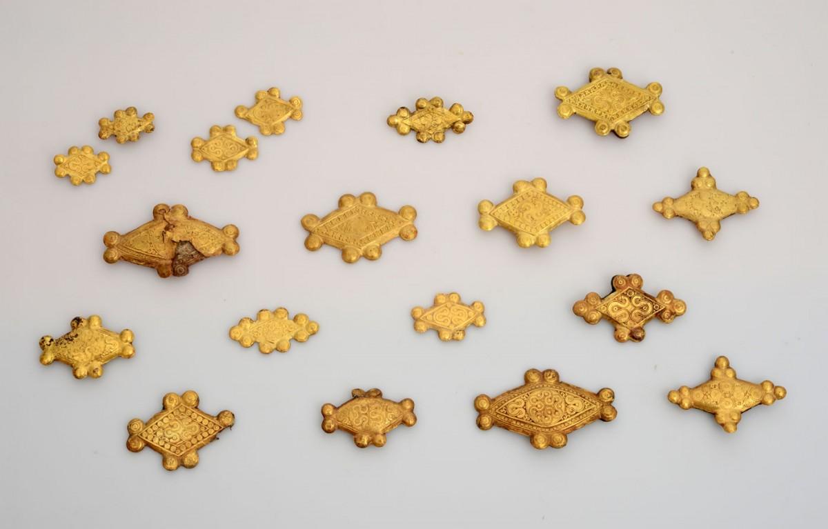 Οστέινα ρομβοειδή εξαρτήματα με χρυσή επένδυση από τον Ταφικό Κύκλο Α των Μυκηνών. Έκθεση των Μυκηναϊκών Αρχαιοτήτων (Αίθουσα 4, Προθήκη 10, αρ. ευρ. ΕΑΜ Π 344). Εθνικό Αρχαιολογικό Μουσείο, Αθήνα (Φωτ.: Φωτογραφικό Αρχείο του Εθνικού Αρχαιολογικού Μουσείου).