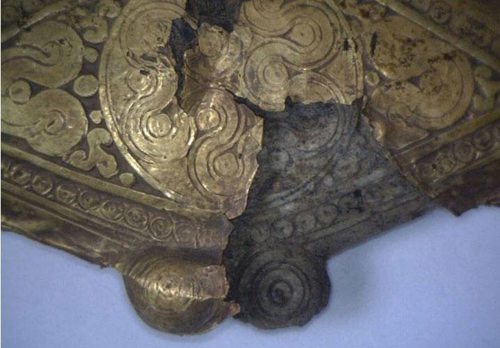 Λεπτομέρεια από το ρομβοειδές εξάρτημα (αρ. ευρ. ΕΑΜ Π 344). Εθνικό Αρχαιολογικό Μουσείο, Αθήνα (Φωτ.: Φωτογραφικό Αρχείο του Εθνικού Αρχαιολογικού Μουσείου).