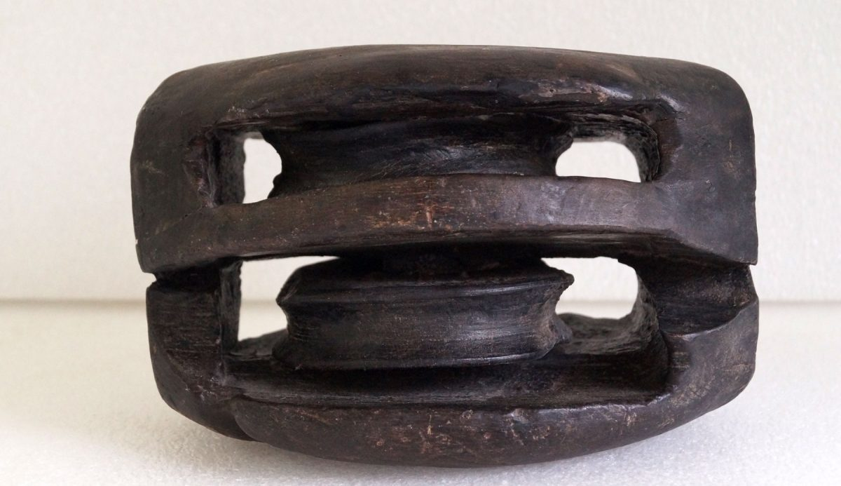 Ξύλινος μακαράς (διπλός ολόκληρος), με εξωτερικό «κέλυφος» και εσωτερικά δύο τροχαλίες.