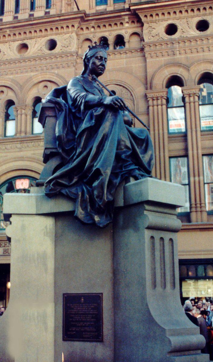 Εικ. 10. Το άγαλμα της βασίλισσας Βικτωρίας μπροστά από το Queen Victoria Building στο Σύδνεϋ.