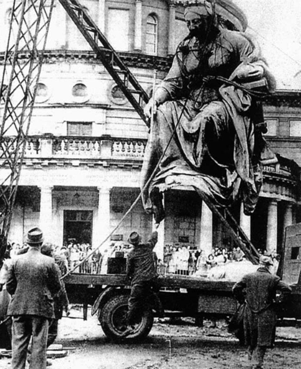 Εικ. 8. Η απομάκρυνση του μνημείου της βασίλισσας Βικτωρίας το 1949.