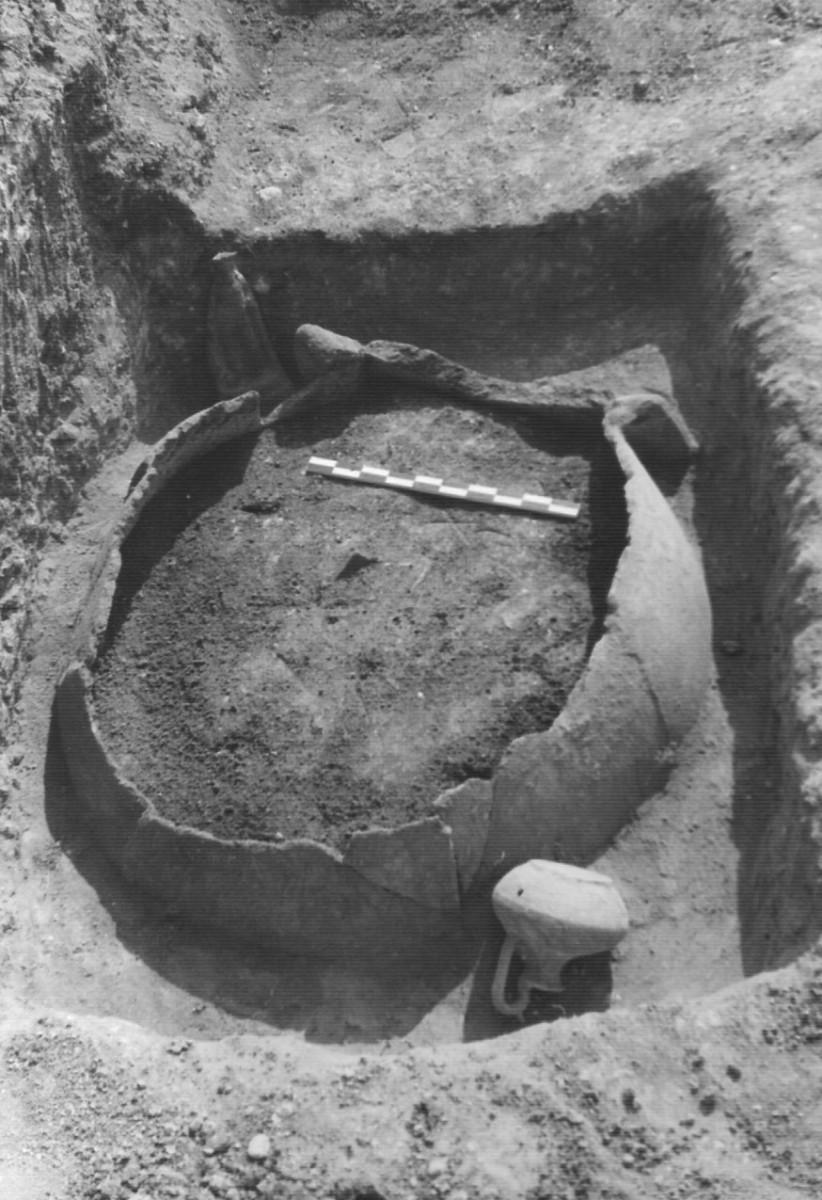 Εικ. 1β. Ταφή ενηλίκου μέσα σε πίθο, από το νεκροταφείο της Τριανταφυλλιάς Λιβανατών. Πίθος VIII. (Από το φωτογραφικό αρχείο της ΙΔ΄ ΕΠΚΑ).