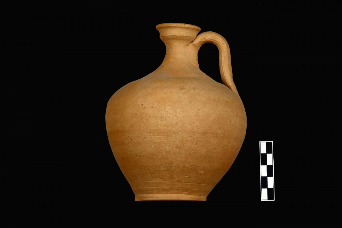 Εικ. 3α. Παράδειγμα τοπικής κεραμικής παραγωγής από το νεκροταφείο της Τριανταφυλλιάς Λιβανατών. Άβαφη πρόχους Κ.5526 (α΄ τέταρτο 3ου αι. π.Χ.) από τον ΠΘ. LVII. (Από το φωτογραφικό αρχείο της ΙΔ΄ ΕΠΚΑ).