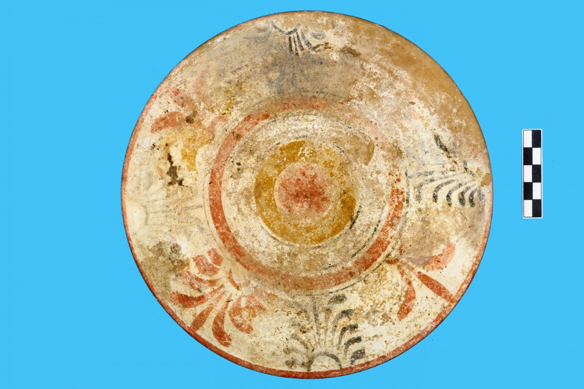 Εικ. 3β. Παράδειγμα τοπικής κεραμικής παραγωγής από το νεκροταφείο της Τριανταφυλλιάς Λιβανατών. Πινάκιο Κ.8106 (δ΄ τέταρτο 5ου αι. π.Χ.) με πολύχρωμη διακόσμηση από τον ΠΘ.ΧΧΙV. (Από το φωτογραφικό αρχείο της ΙΔ΄ ΕΠΚΑ).