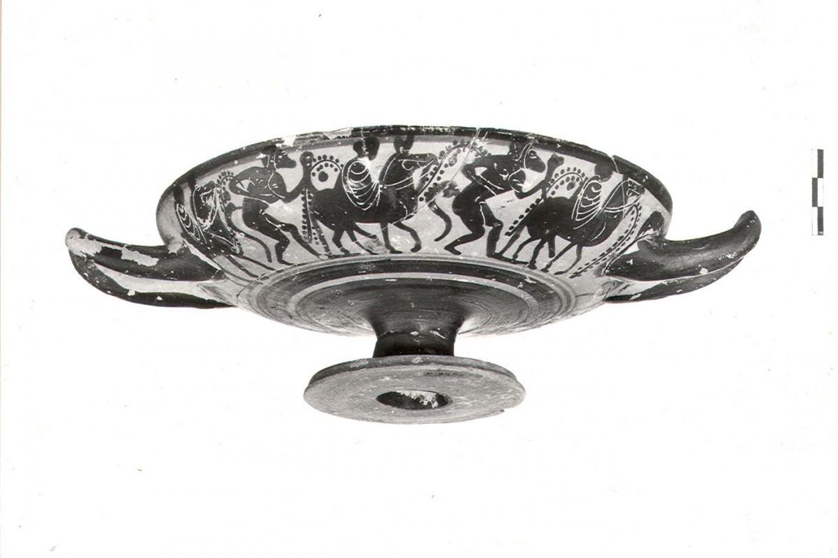 Εικ. 4β. Παράδειγμα κτερισμάτων εισηγμένων από την Αττική (α΄ τέταρτο 5ου αι. π.Χ.). Μελανόμορφη κύλικα Κ.3555 με παράσταση από τον διονυσιακό κύκλο. Στο μετάλλιό της απεικονίζεται ονοκέφαλος Σάτυρος που κρατά κέρας, από τον ΠΘ.LXΙ. (Από το φωτογραφικό αρχείο της ΙΔ΄ΕΠΚΑ).