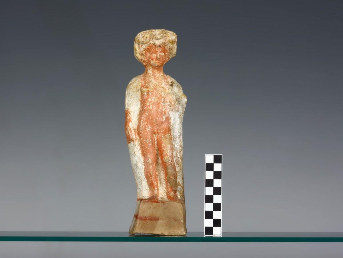 Εικ. 5. Πήλινο ειδώλιο Ε.3425 νέου που κρατά πετεινό (τέλος 5ου – αρχές 4ου αι. π.Χ.), με επιρροές από τη Βοιωτία, από τον ΠΘ.ΧVΙΙ. (Από το φωτογραφικό αρχείο της ΙΔ΄ΕΠΚΑ).
