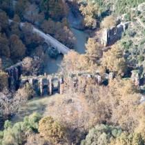 Το σεληνιακό τοπίο στον Κοκκινοπηλό, ένα ρωμαϊκό υδραγωγείο και οι πηγές του Λούρου