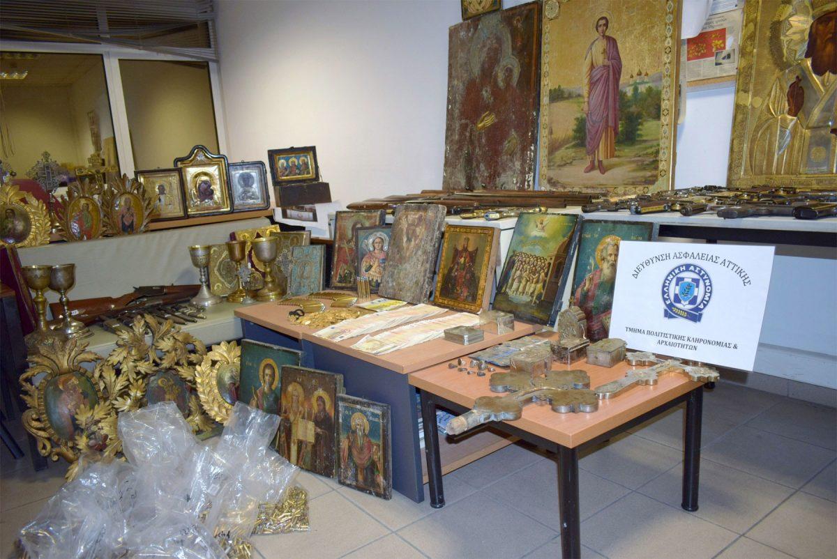 Άποψη των αρχαιοτήτων που είχε στην κατοχή του ένας 54χρονος αντικέρ από τη Θεσσαλονίκη (φωτ. Ελληνική Αστυνομία).
