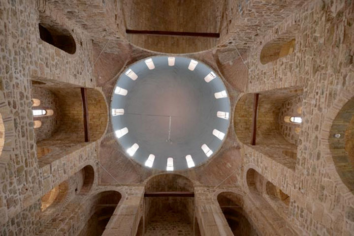 Στον τεράστιο τρούλο κατασκευάστηκαν μεταλλικά κελύφη, τα οποία, σε συνδυασμό με μία σειρά ελκυστήρων και αγκυρίων τιτανίου, παρέλαβαν το βάρος του ημισφαιρικού θόλου αποφορτίζοντας την υποκείμενη αρχική τοιχοποιία.