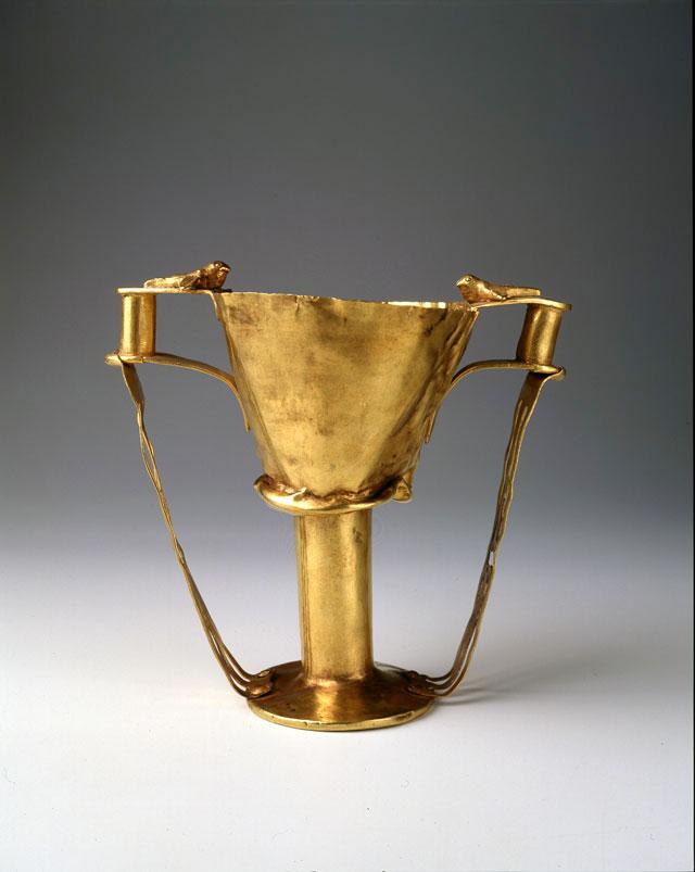 Χρυσό κύπελλο που βρέθηκε στο εσωτερικό του Κρατήρα της Μάχης. Εθνικό Αρχαιολογικό Μουσείο, Αθήνα.