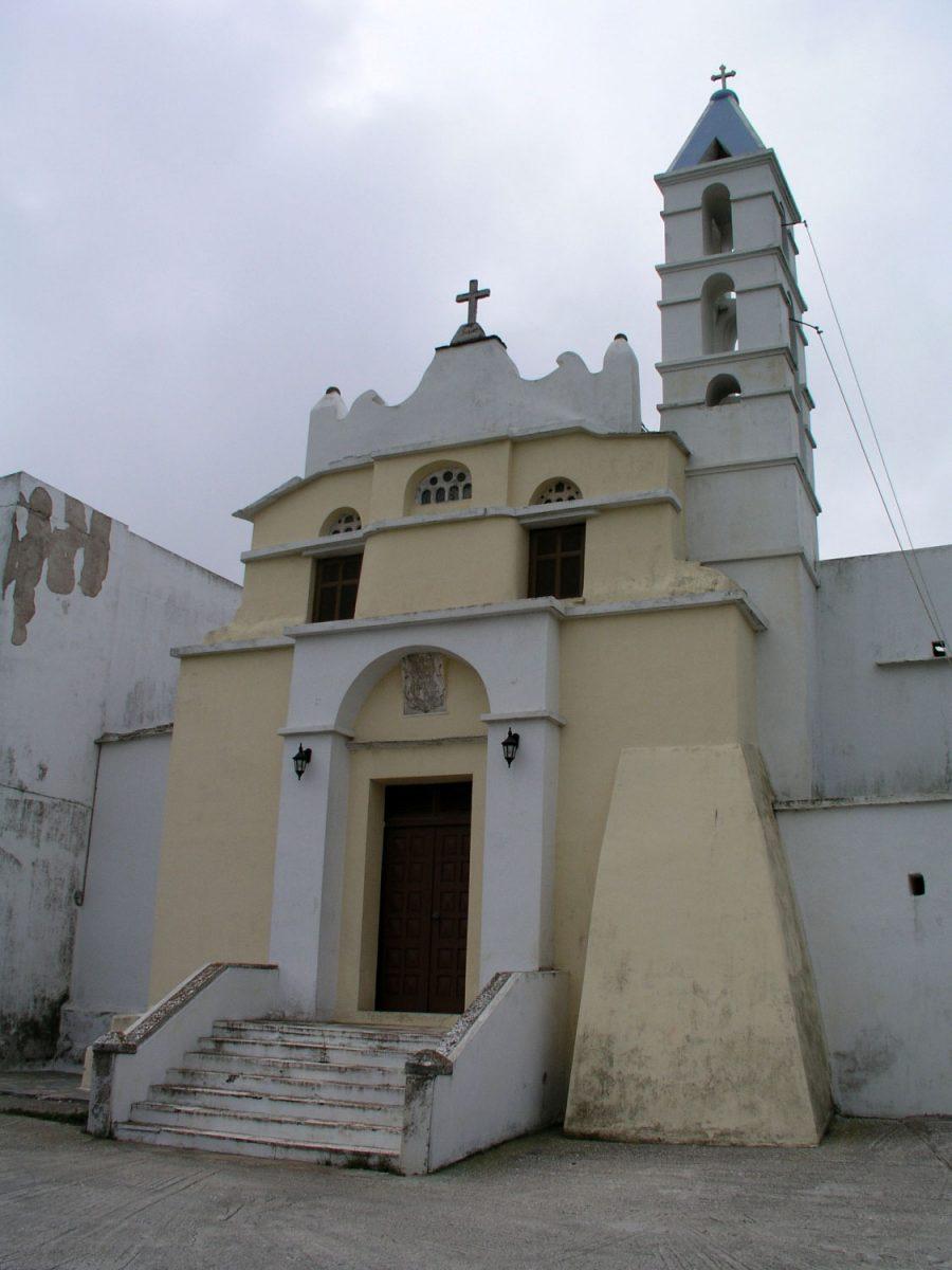 Εικ. 1. Τήνος, Πεντόστρατο, μονή Αγίου Φραγκίσκου (φωτογραφία Δ. Ρουμπιέν). Αρχιτεκτονική τυπολογία και μορφολογία της ωμής πλίνθου, μεταφερμένη σε λίθινη κατασκευή.