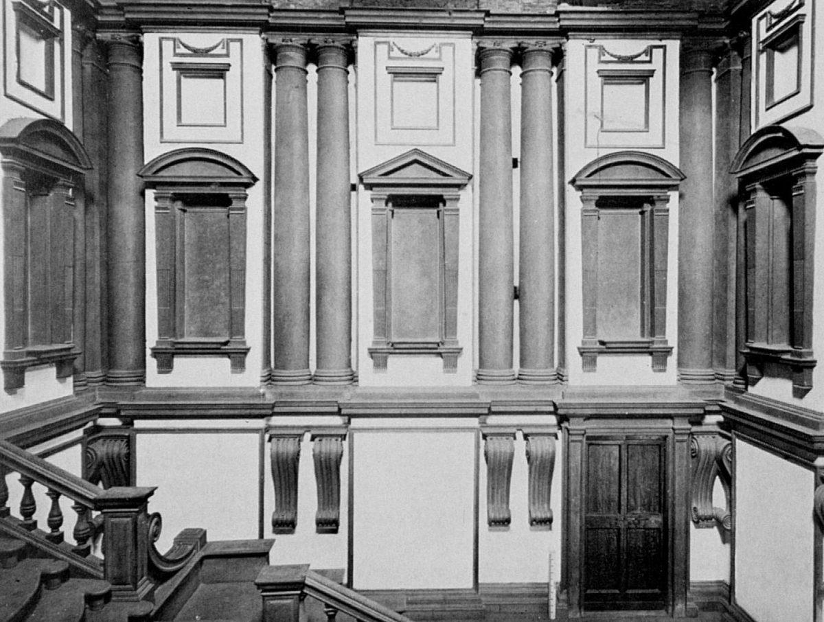 Εικ. 10. Μιχαήλ Άγγελος, Φλωρεντία, Λαυρεντιανή Βιβλιοθήκη. Οι τοσκανικοί κίονες, τοποθετημένοι ανά δύο, το επιστύλιο με τις εσοχές-εξοχές, καθώς και οι ιδιαίτερα μεγάλες έλικες αποτελούν πρότυπο της μανιεριστικής τεχνοτροπίας (πηγή: διαδίκτυο).