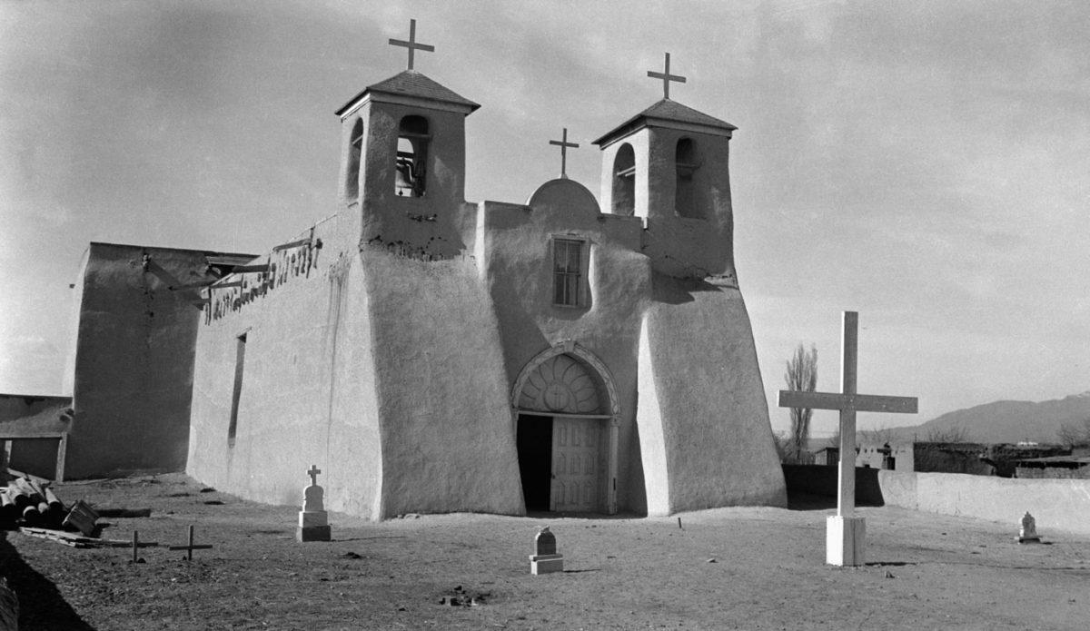 Εικ. 3. Ranchos de Taos, Νέο Μεξικό, ναός Αγίου Φραγκίσκου (San Francisco). Πύργοι με χαρακτηριστική διαβάθμιση όγκων σε κτήριο από ωμές πλίνθους (πηγή: διαδίκτυο).