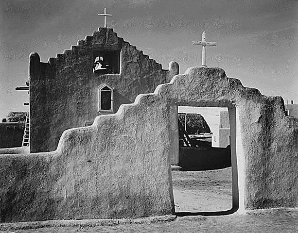 Εικ. 5. Taos, Νέο Μεξικό, ναός Αγίου Φραγκίσκου (San Francisco). Χαρακτηριστική διαμόρφωση του αετώματος με ανασήκωμα των άκρων (πηγή: διαδίκτυο).