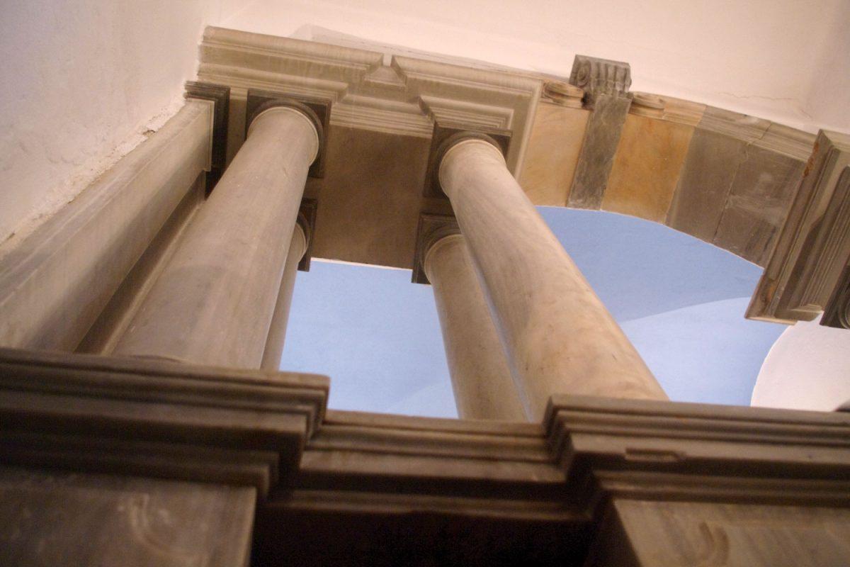 Εικ. 7. Χώρα Τήνου, μονή Αγίου Αντωνίου, παρεκκλήσιο, κίονες και επιστύλιο (φωτογραφία Ιωάννης Λάσκος).
