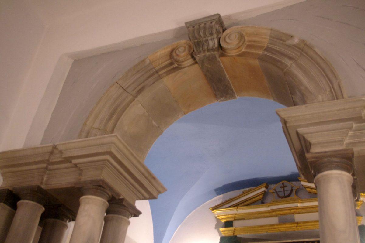 Εικ. 9. Χώρα Τήνου, μονή Αγίου Αντωνίου, παρεκκλήσιο, επιστύλιο και τόξο με έλικες (φωτογραφία Ιωάννης Λάσκος).