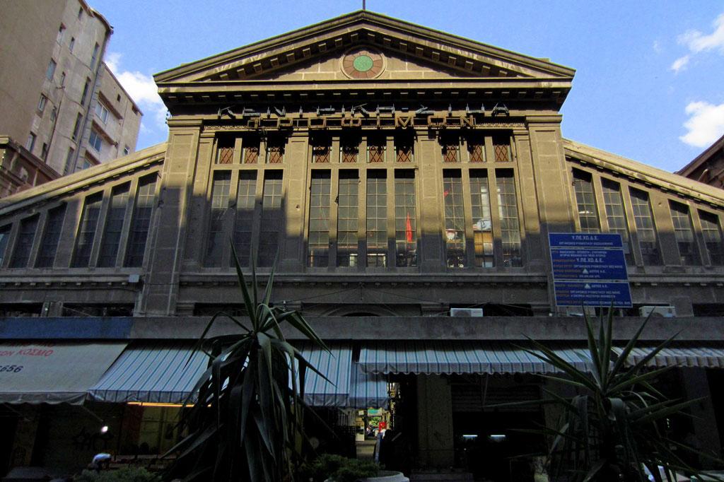 Το κτήριο της ιστορικής Αγοράς Μοδιάνο κατασκευάστηκε με βάση τα σχέδια που συνέταξαν ο J. Oliphant (ως αρχιτέκτων) και ο Ελί Μοδιάνο (ως μηχανικός και κύριος του έργου). Η Στοά χτίστηκε με τον τύπο της βασιλικής, προκειμένου να στεγάσει μια διάταξη καταστημάτων, κατά το πρότυπο των bazaars.