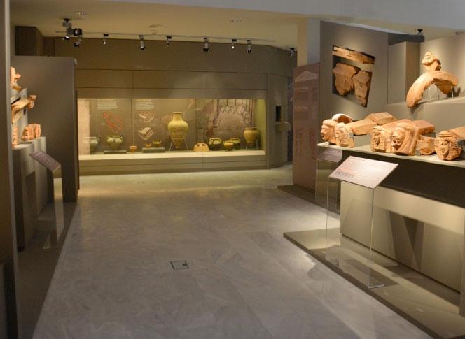 Άποψη της μόνιμης έκθεσης του Νέου Αρχαιολογικού Μουσείου Θέρμου.