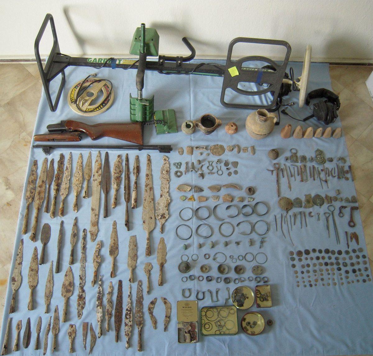 Συνολικά 366 αρχαία αντικείμενα εντοπίστηκαν και κατασχέθηκαν σε περιοχή των Γρεβενών (φωτ. Ελληνική Αστυνομία).