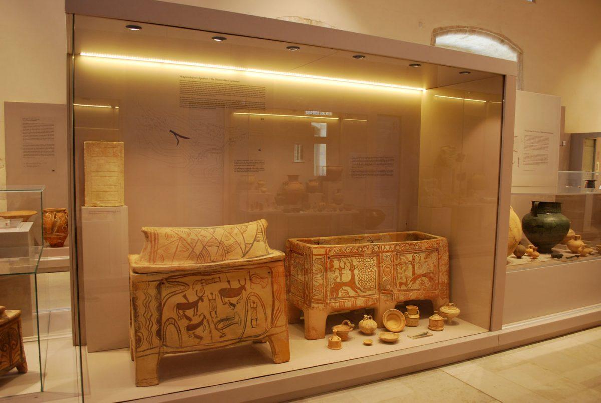 Αρχαιολογικό Μουσείο Ρεθύμνου. Η προθήκη με τα ευρήματα από τη νεκρόπολη των Αρμένων, το μεγαλύτερο έως σήμερα μινωικό νεκροταφείο που έχει ανασκαφεί στην Κρήτη (φωτ. Εφορεία Αρχαιοτήτων Ρεθύμνου).