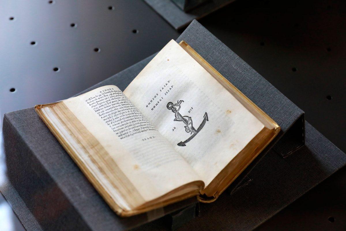 Η Ιλιάδα (1504) με το τυπογραφικό σήμα του Άλδου Μανούτιου, την άγκυρα με το δελφίνι.