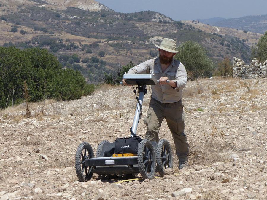 Ο δρ Tate Paulette από το Brown University χρησιμοποιεί υπεδάφιο ραντάρ το οποίο παρείχε το Ινστιτούτο Κύπρου (φωτογραφία: Alison McCaig).