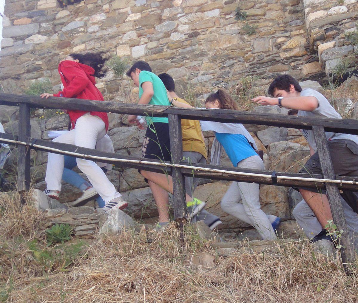 Εικ. 11. Ανεβαίνοντας στο Κάστρο. Πίσω από τους μαθητές είναι ορατές οι δύο οικοδομικές φάσεις του τείχους.