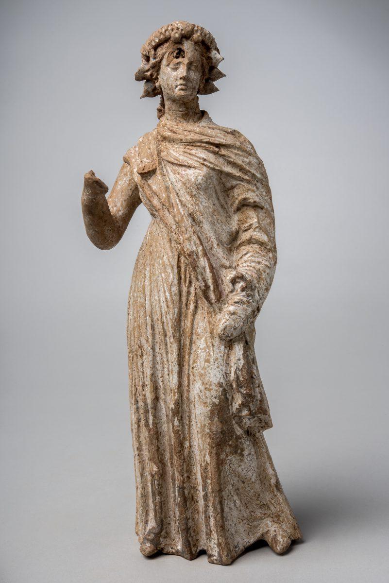 Στεφανωμένο ειδώλιο, Αρχαιολογικό Μουσείο Θηβών