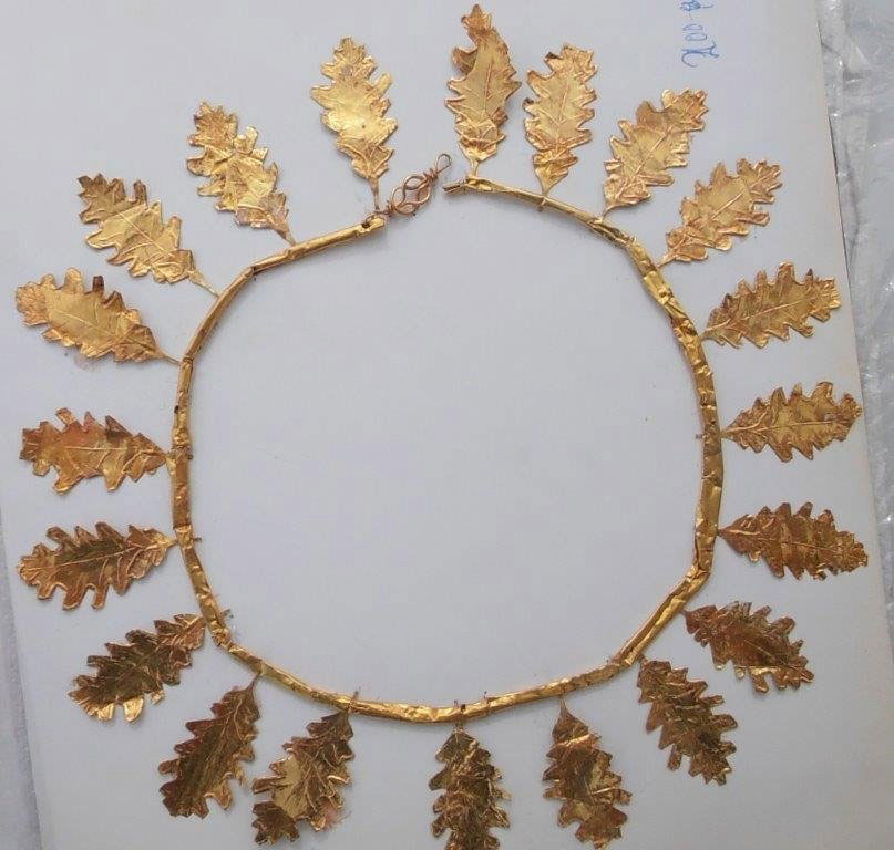 Χρυσό στεφάνι της Ελληνιστικής περιόδου που βρέθηκε και κατασχέθηκε στα Ιωάννινα (φωτ. Ελληνική Αστυνομία).