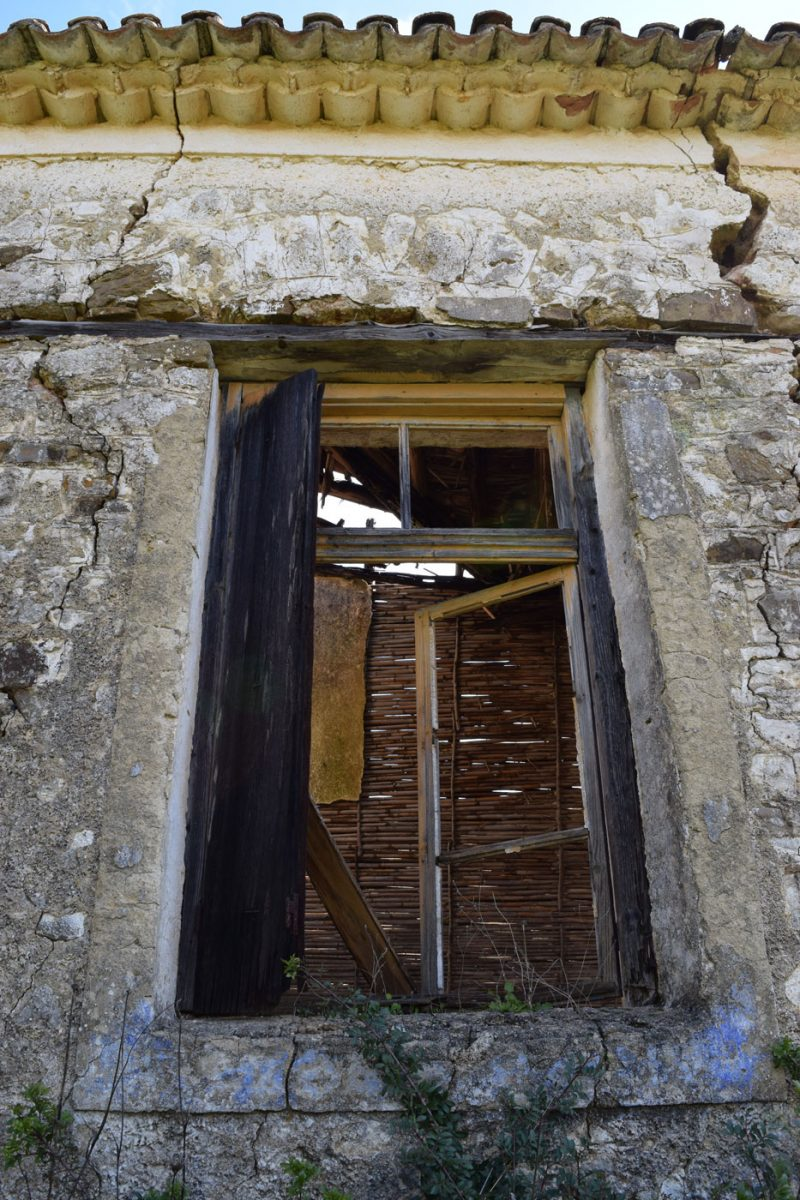 Εικ. 4. Δυτικό παράθυρο με ίχνη του αρχικού χρώματος.