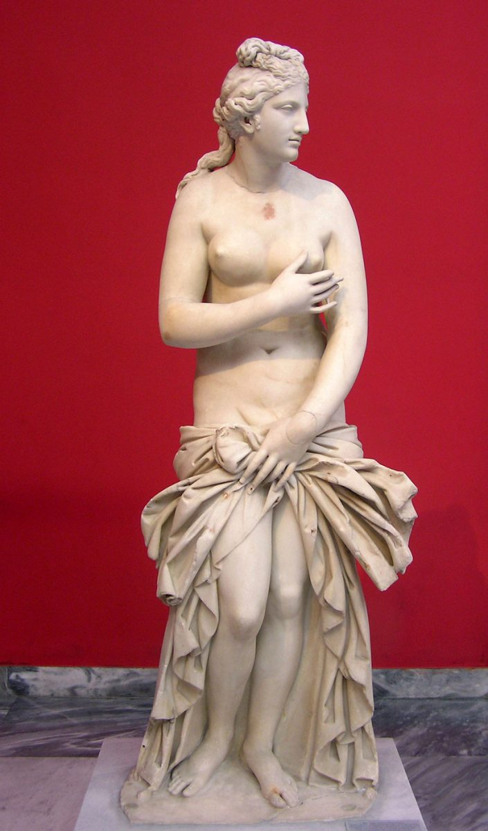 Μαρμάρινο άγαλμα Αφροδίτης 2ου αι. μ.Χ. (ΕΑΜ 3524). Βρέθηκε ακρωτηριασμένο στην Ιταλία. Περιήλθε στη Συλλογή του Thomas Hope (αρχές 19ου αι.) και συμπληρώθηκε από τον γλύπτη Αntonio Canova. Το 1924 περιήλθε στο ΕΑΜ από δωρεά του Μ. Εμπειρίκου. Το κεφάλι και το δεξί χέρι είναι συμπληρώσεις του Canova (© TAΠΑ/Εθνικό Αρχαιολογικό Μουσείο).