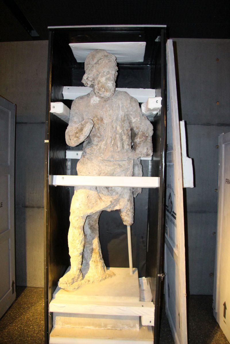 Το μαρμάρινο άγαλμα του Οδυσσέα από το ναυάγιο των Αντικυθήρων μέσα στο κιβώτιο μεταφοράς του σε περιοδική έκθεση του εξωτερικού (© TAΠΑ/Εθνικό Αρχαιολογικό Μουσείο).
