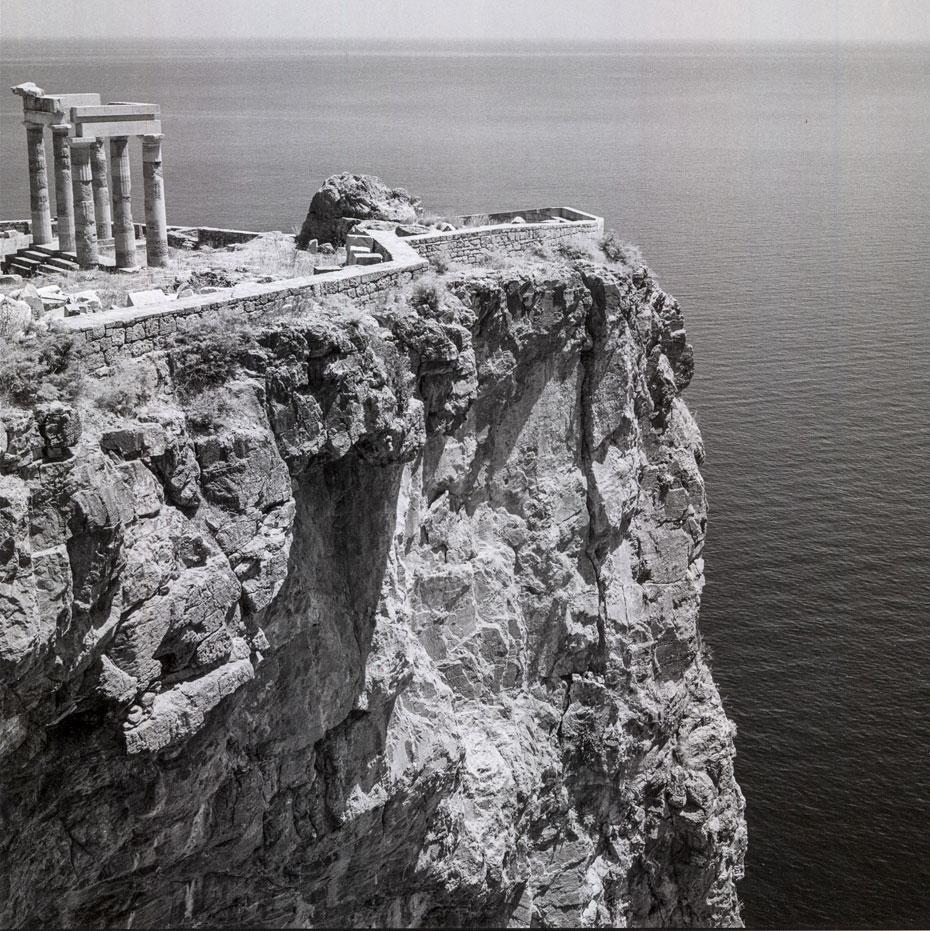 Λίνδος, Ρόδος. 1954. Ερείπια της ελληνικής στοάς στην Ακρόπολη. © Robert A. McCabe.