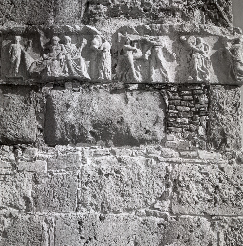 Κως 1954. Θραύσμα από αρχαίο γλυπτό ενταγμένο στην τοιχοποιία του Κάστρου των Ιωαννιτών Ιπποτών. © Robert A. McCabe.