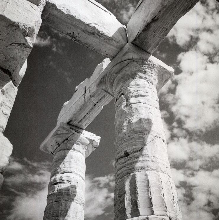 Σούνιο 1954. Λεπτομέρεια των κιόνων και των δοκών στον ναό του Ποσειδώνος. © Robert A. McCabe.