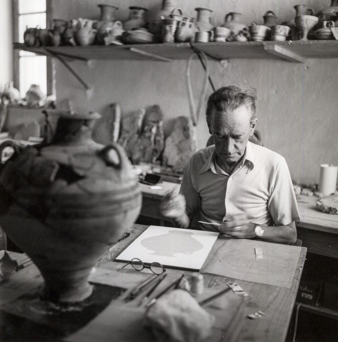 Πύλος 1955. Ο Piet de Jong, σπουδαίος εικονογράφος της αρχαιολογίας και αρχιτέκτονας, εργάζεται στο μουσείο της Χώρας σε υλικό από την ανασκαφή στο Παλάτι του Νέστορος, υπό τη διεύθυνση του Carl Blegen. © Robert A. McCabe.
