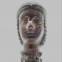 Χάλκινη κεφαλή κόρης που βρέθηκε κοντά στου «Βασίλη το Σπήλιο». Αρχαιολογικό Μουσείο Ηρακλείου.