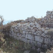 Τμήμα από το τείχος της οχύρωσης.