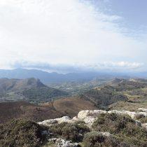 Άποψη προς δυσμάς από την ακρόπολη. Σε πρώτο επίπεδο οι Παπούρες και στο βάθος η περιοχή του Αγίου Βασιλείου.
