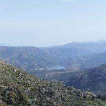 Άποψη προς ΒΑ από τις κλιτύς της Ονιθές. Στο βάθος η κοιλάδα των Ποταμών με την ομώνυμη λίμνη.