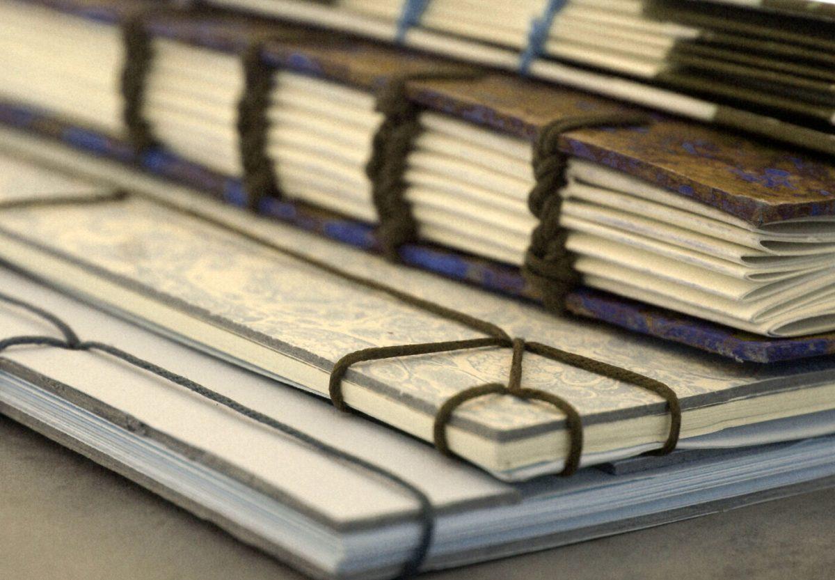 Οι συμμετέχοντες θα γνωρίσουν τρόπους κατασκευής χαρτιού και χαρτοπολτού αλλά και τεχνικές ιαπωνικής και κοπτικής βιβλιοδεσίας.