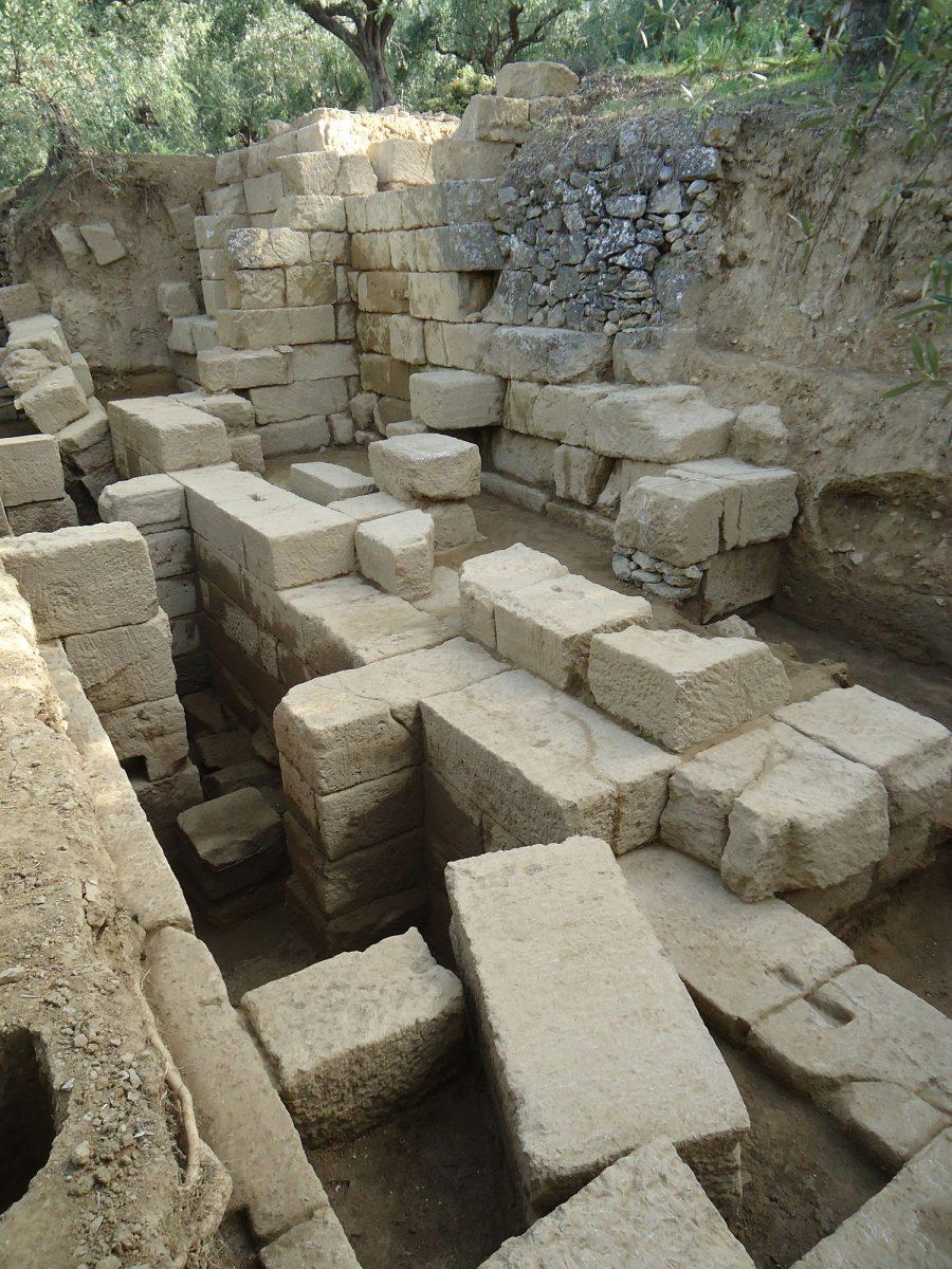 Άποψη του αναλημματικού τοίχου του κοίλου του αρχαίου θεάτρου της Θουρίας, ο οποίος αποκαλύφθηκε σε μήκος 12,30 μ. και σε ύψος σχεδόν 4 μ.