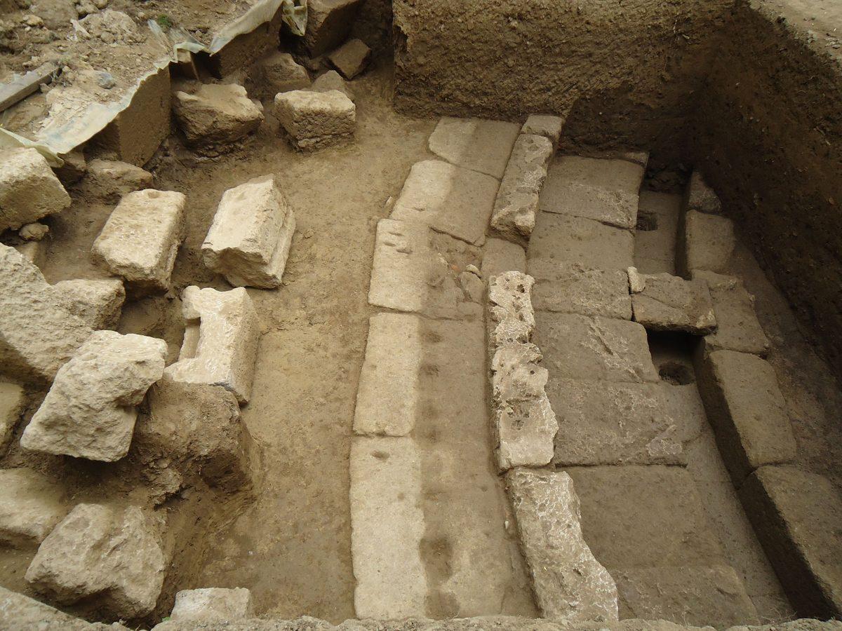 Στη διάρκεια της ανασκαφικής έρευνας αποκαλύφθηκε τμήμα της κυκλικής ορχήστρας του αρχαίου θεάτρου της Θουρίας.