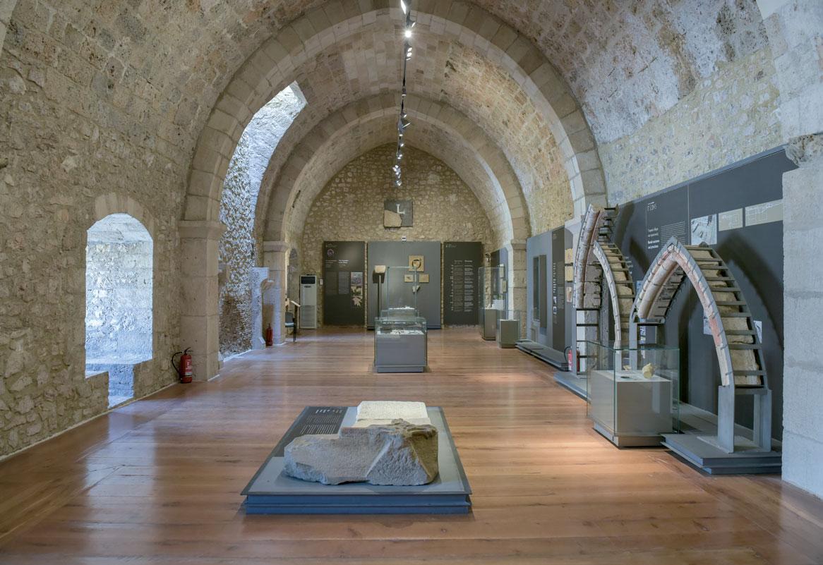 Γενική άποψη της εκθεσιακής ενότητας «Ο κόσμος των ιδεών και των θεσμών – Οι ιππότες στον Μοριά»  στο θεματικό μουσείο στο κάστρο Χλεμούτσι (φωτ. Εφορεία Αρχαιοτήτων Ηλείας).