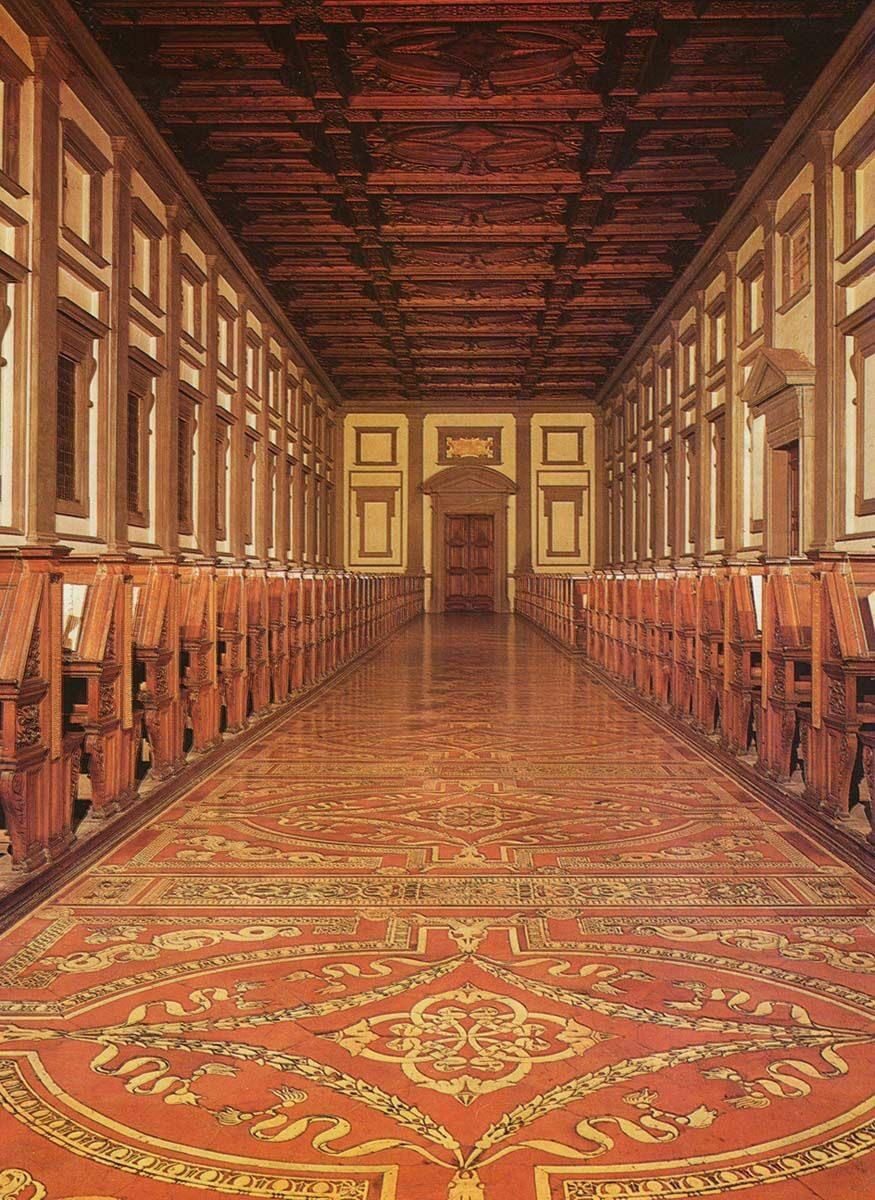 Η μνημειώδης αίθουσα της βιβλιοθήκης των Μεδίκων και σε πρώτο πλάνο το περίτεχνο δάπεδο.