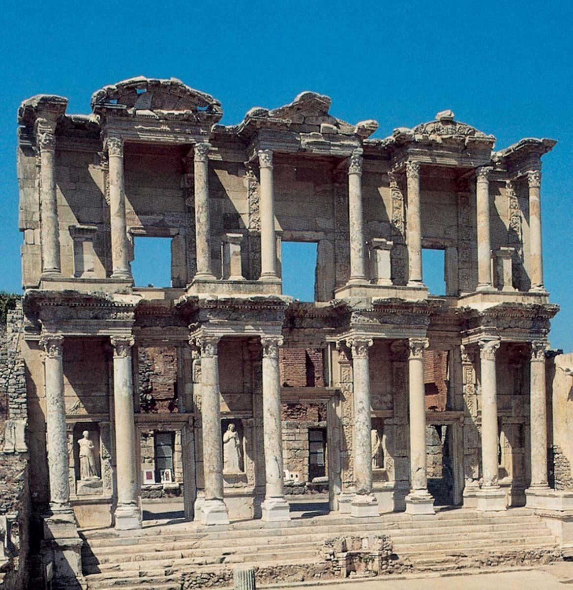 Η αναστηλωμένη πρόσοψη της βιβλιοθήκης του Κέλσου στην Έφεσο.