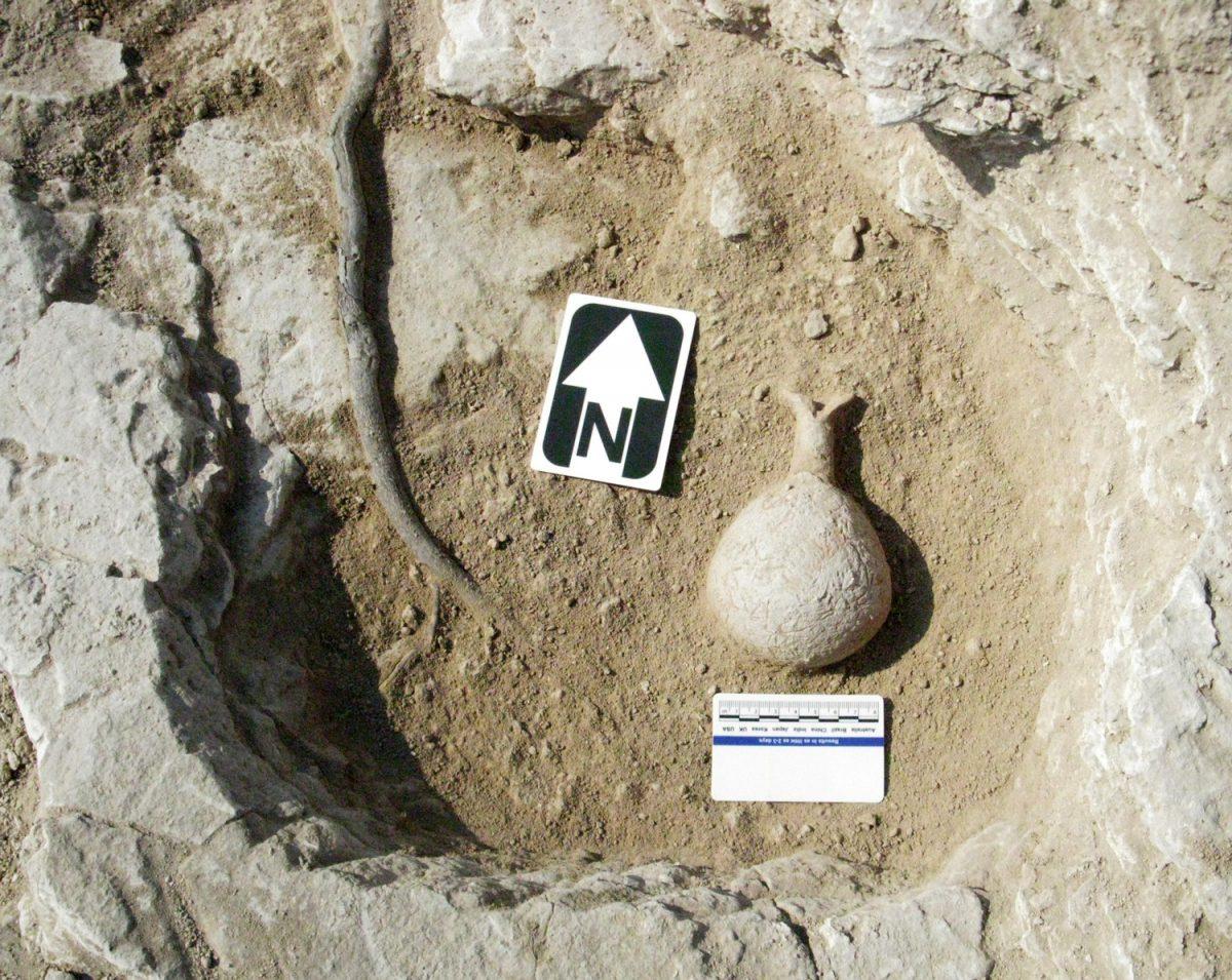 Αγγείο τοποθετημένο στον πυθμένα ελλειψοειδούς ρηχού λάκκου στη θέση Ερήμη-Λαόνιν.