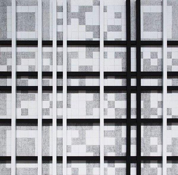 Εικ. 2. Με κεντρικό άξονα τα QR Codes και τα ασπρόμαυρα τετράγωνα που δημιουργούν άπειρους και μοναδικούς συνδυασμούς και αντιστοιχούν σε προκαθορισμένες, από την ίδια, λέξεις, η Έλενα Μαρίνου επιχειρεί να συστήσει σύγχρονους Έλληνες καλλιτέχνες και το έργο τους στους θεατές, οδηγώντας τους να κάνουν τη δική τους «σύγχρονη» ανάγνωση και ερμηνεία.